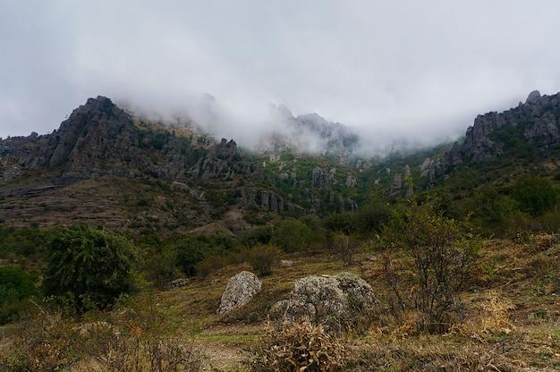 Dark ghost valley krim, rotsen en mist in de herfst seizoen