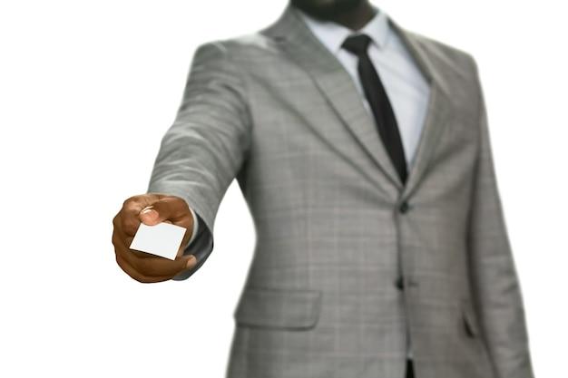 Darskinned manager geeft visitekaartje. laat me mezelf voorstellen. rechercheur tot uw dienst. een interessant aanbod.