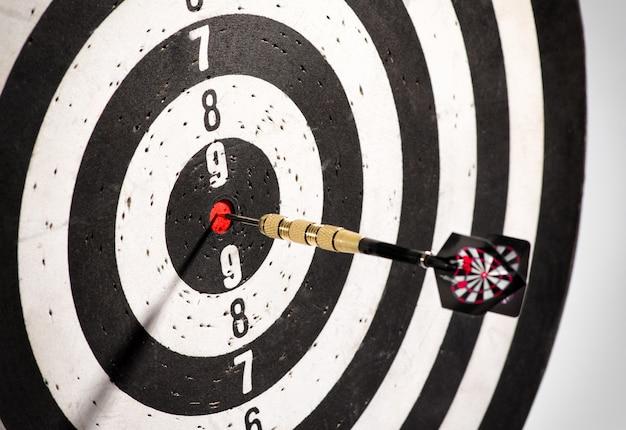 Dart in het bulls eye-centrum van een dartbord