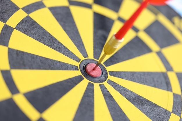 Dart in het midden van het bereiken van het vastgestelde doelenconcept van het geelzwarte dartbord