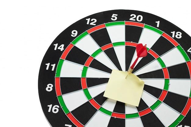 Dart raakt het midden van het doel en bevestigt sticker geïsoleerd