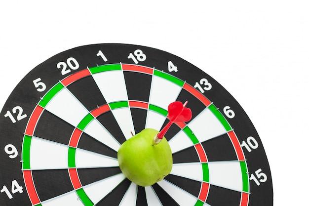 Dart raakte groene appel in het midden van het doelwit