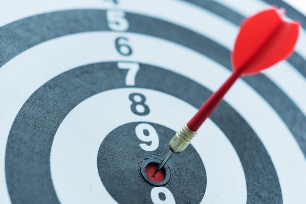 Dart target pijl slaan op bullseye met zonlicht