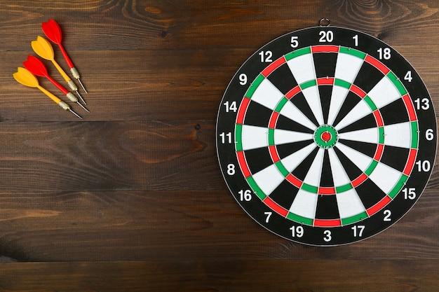 Dartbord en darts op een houten tafel