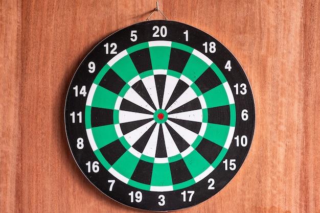 Dartbord het hangen op houten muur