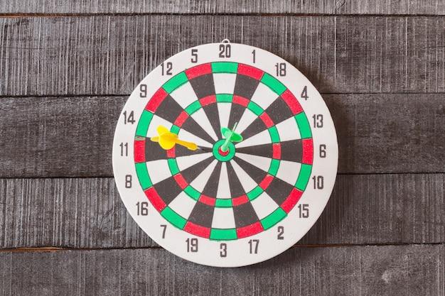 Dartbord met dartspijl in het doelcentrum
