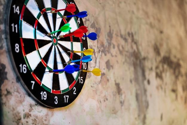 Dartbordpijlen raken doelgame-activiteit