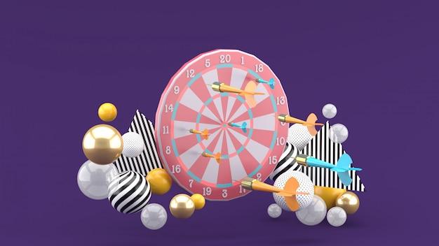 Darten en kleurrijke ballen op de paarse ruimte