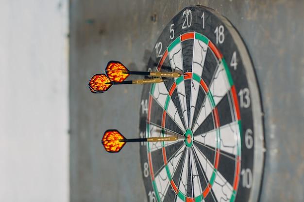 Darten spel. dart en doelwit.