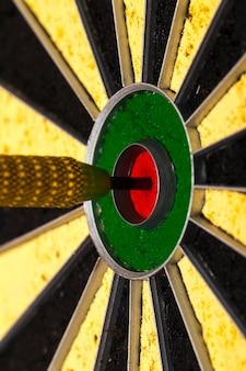 Dartpijl die in het doelcentrum van het dartbord raakt