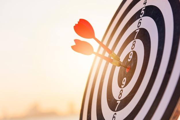 Dartpijl die in het midden van de roos van een dartbord wordt geraakt, is een doelwit van uitdagende zaken