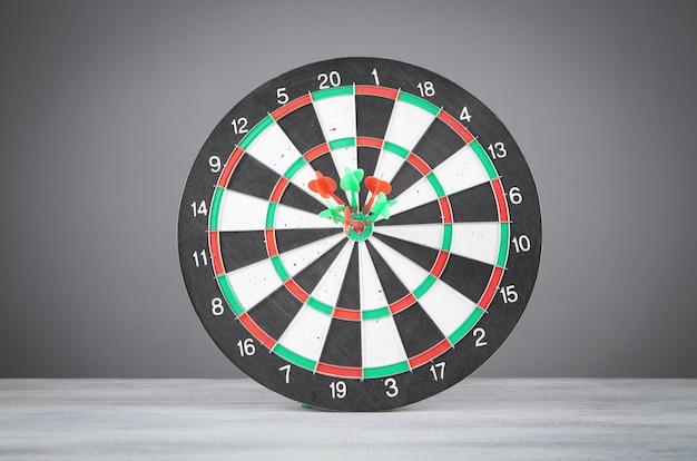 Dartpijlen in het dartbord. succes