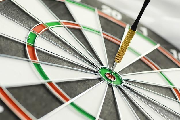 Darts. de pijl voor het spelen in het spelbord zit vast. raak de sector in darts. het concept van een succesvolle strategie.