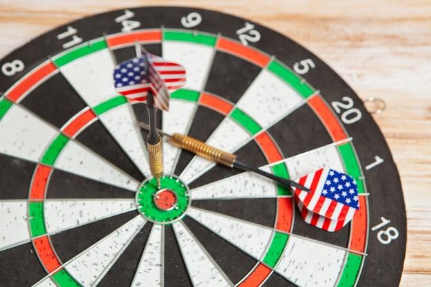 Darts in het midden van het doel op houten