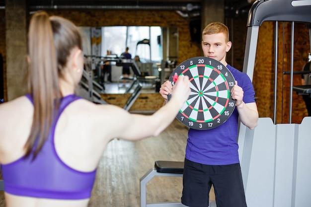 Darts spelen in de sportschool.