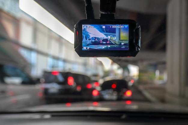 Dash camera of auto videorecorder in voertuig onderweg