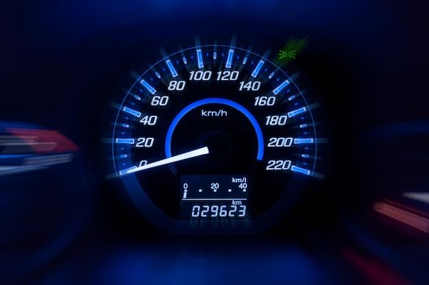 Dashboard, autosnelheidsmeter en teller met donkere modus