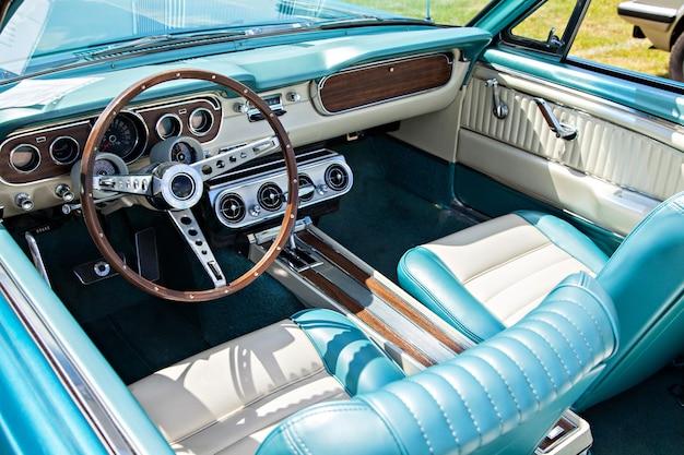 Dashboard en stuur van een vintage cabriolet