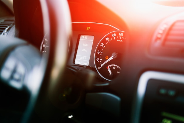 Dashboard in een moderne auto. snelheidsmeter en toerenteller