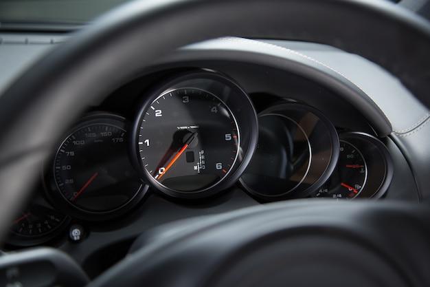 Dashboard van een luxeauto onder de lichten