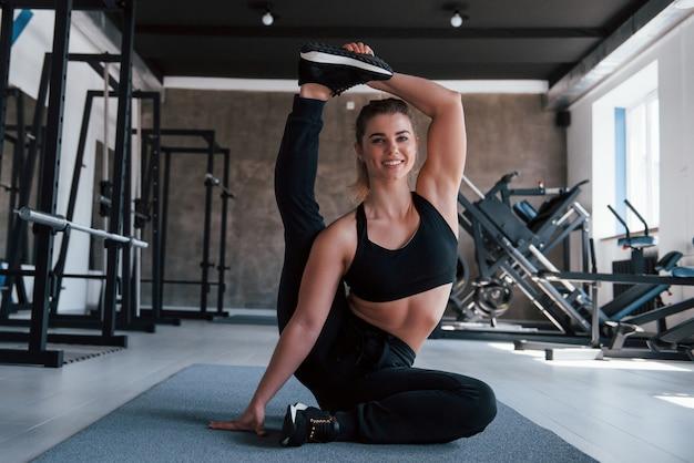 Dat is moeilijker dan het lijkt. foto van prachtige blonde vrouw in de sportschool tijdens haar weekend