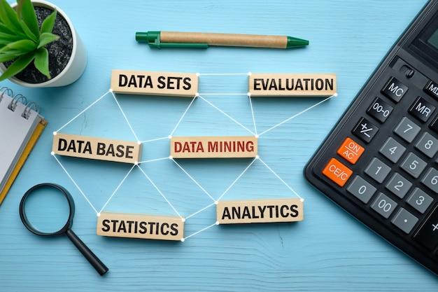 Data minig concept - houten blokken met inscripties datasets, datamining.