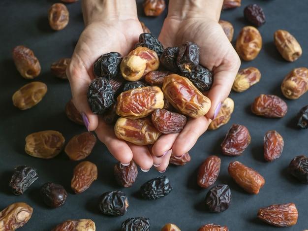 Dateert fruit in de handpalmen