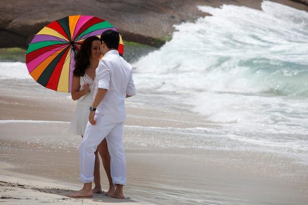 Daten op het strand met parasol in rio de janeiro