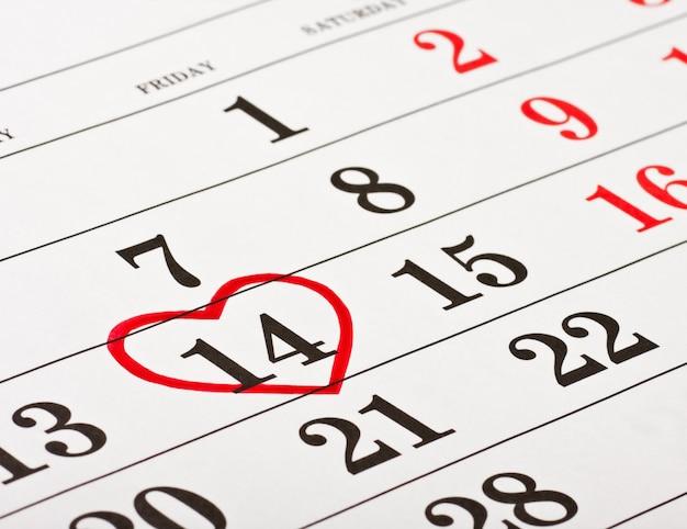 Datum van 14 februari valentijnsdag rood hart omringd
