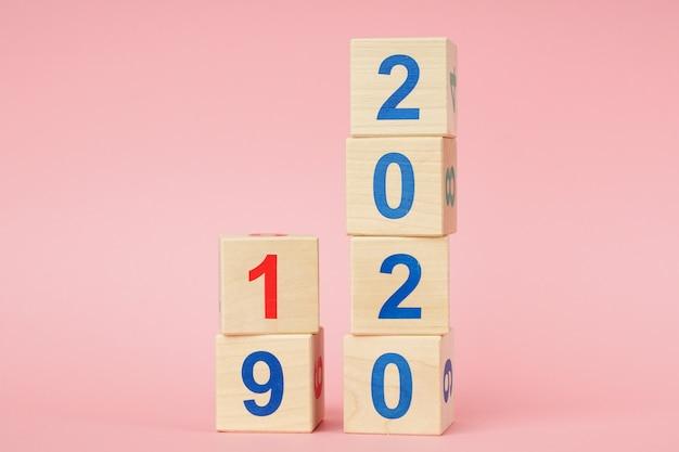 Datum van 2019 tot 2020 op houten kubuskalender. nieuwjaars concept