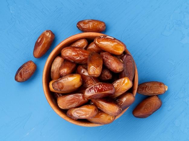 Datums, gedroogd fruit in kom. traditioneel eten uit het midden-oosten, noord-afrika.