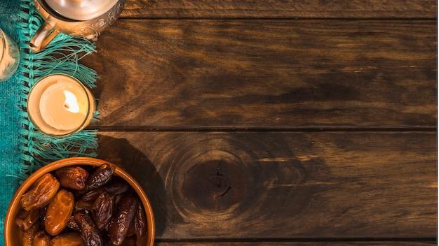 Datums in de buurt van kaars en pot