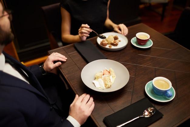 Datums met dessert