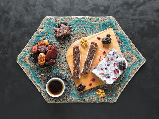 Datums zoete hapjes. arabische zelfgemaakte snoepjes