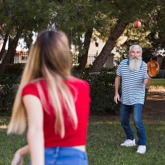 Daugher gooit bal naar zijn vader