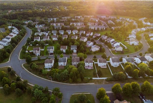 Dawn in het slaapgedeelte van een klein stadje met een bos op het uitzicht vanaf een hoogte