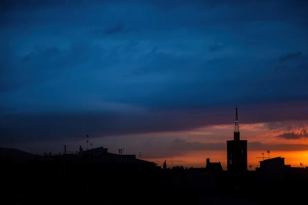 Dawn met blauwe lucht, dak bovenaanzicht van een oude kerktoren.