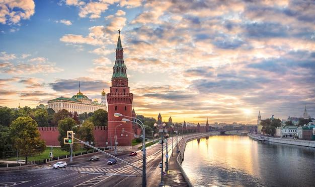 Dawn zonnestralen over het kremlin van moskou en de vodovzvodnaya-toren