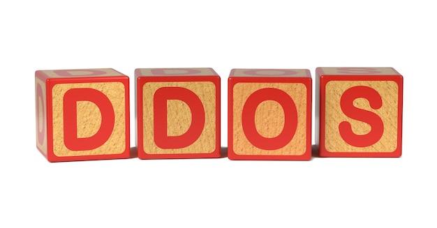 Ddos op het alfabetblok van gekleurd houten kinderen dat op wit wordt geïsoleerd.