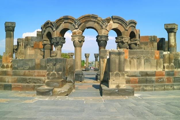 De 7e eeuw gebouwd zvartnots kathedraal, in de provincie armavir van armenië