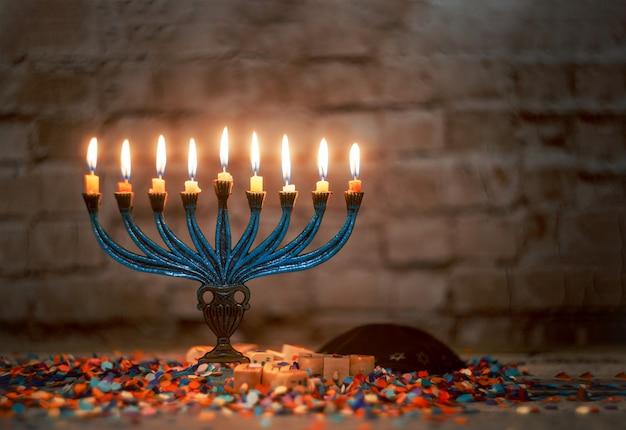 De aangestoken hanoekakaarsen in menorah