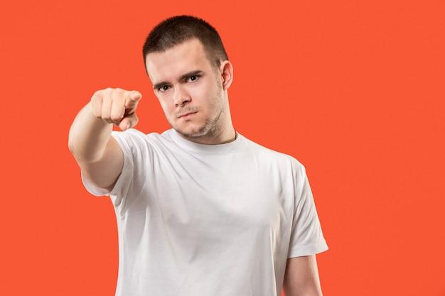 De aanmatigende zakenman wijst je en wil je, halflang close-up portret op oranje.