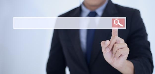 De aanraking van de bedrijfsmensenhand op zoekknoop, die informatiegegevens over internet-voorzien van een netwerkconcept zoeken