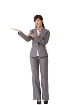 De aantrekkelijke bedrijfsvrouw introduceert met hand