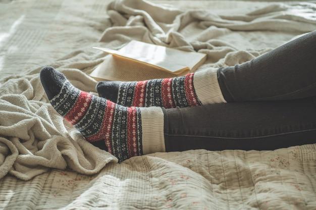 De aantrekkelijke jonge vrouw leest thuis een boek