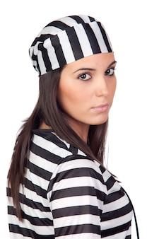 De aantrekkelijke vrouw kleedde zich in gevangene die op witte achtergrond wordt geïsoleerd