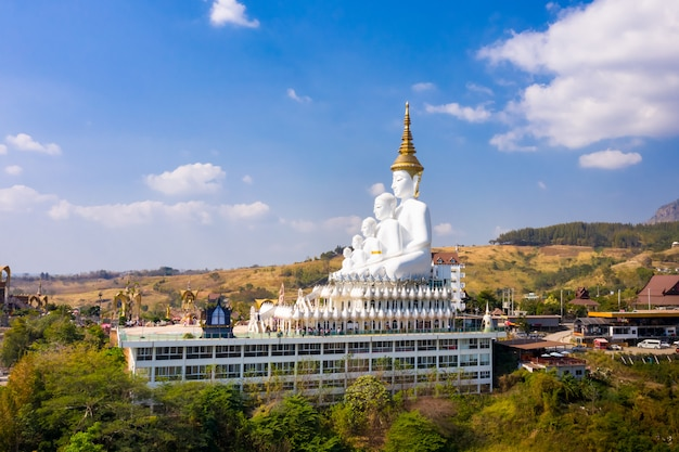 De aard van het landschap bekijkt grote boedha op de berg en de blauwe hemel. thailand