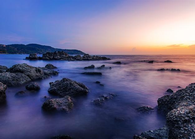 De aard van het zeegezichtlandschap met hemel en wolk in schemering
