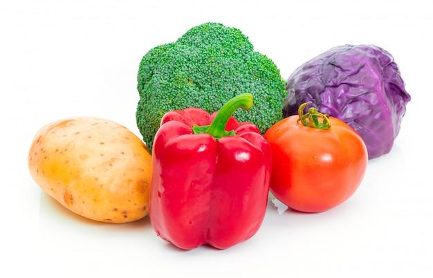 De aardappel van de broccolitomaat rode kool en groene paprika op witte achtergrond