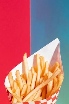 De aardappels van close-upgebraden gerechten met rode en blauwe achtergrond